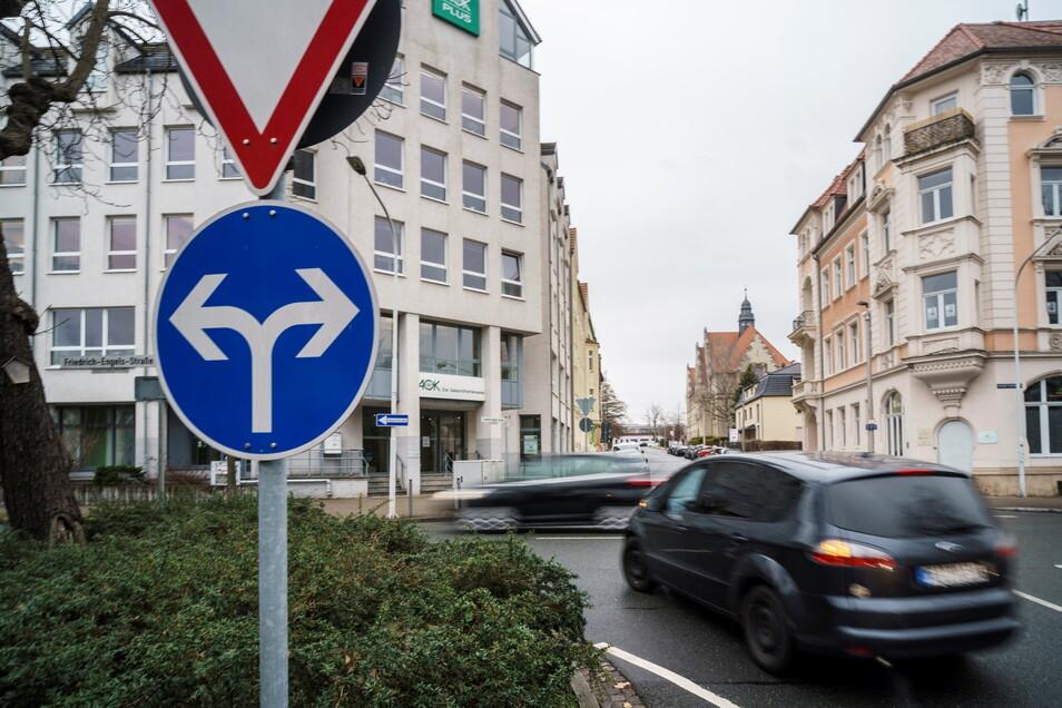 Die Kreuzung vor der AOK-Geschäftsstelle am Riesaer Puschkinplatz. Hier ist das Abbiegen nur nach links und rechts erlaubt – und Vorfahrt zu beachten.