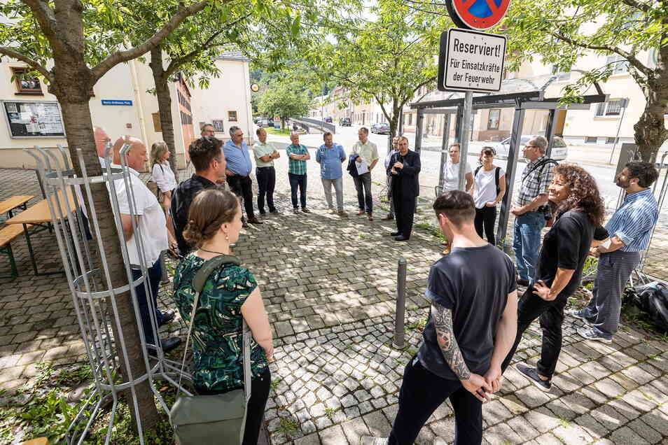 Uwe Ahrendt, Glashüttes amtierender Bürgermeister und Mitglied der Lenkungsgruppe Neustadt Glashütte, eröffnete die Ideen-Galerie Nr. 1 am Moritz-Großmann-Platz.
