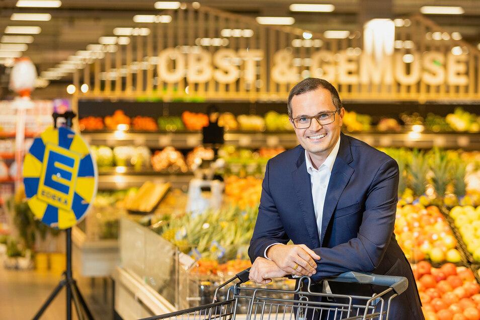Vor dem Start und nur fürs Foto ohne Corona-Maske präsentiert Edeka-Regionalchef Sebastian Kohrmann das neue Scheunenhofcenter in Pirna, bis Mittwoch größtes Bauprojekt des Handelsriesen in Deutschland. Sein Einkaufskorb in Sachsen ist aber noch nicht