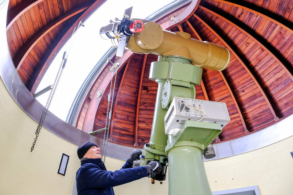 Sternwartenleiter Ulf Peschel fährt die Kuppel probeweise auf. Das derzeit klare Wetter eignet sich gut für Beobachtungen.
