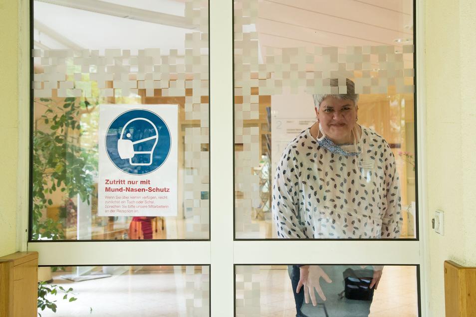 Zutritt nur mit Mundschutz: Susanne Dunger kümmert sich im Emmaus-Krankenhaus in Niesky darum, dass das auch jeder einhält.