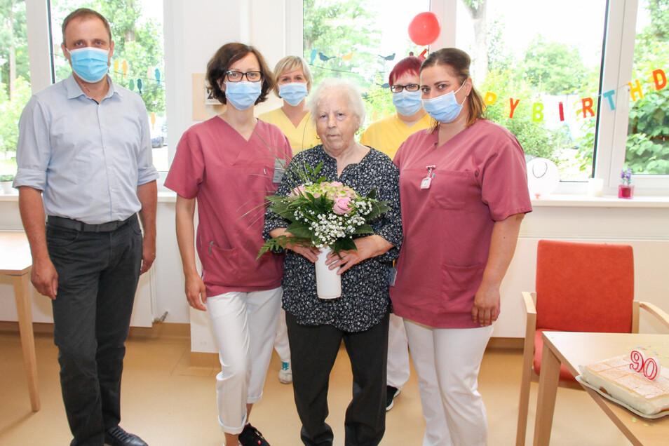 Bürgermeister Mirko Pink, Schwester Anja, Therapeutin Beatrice, die Jubilarin Waltraud Lavendt, Therapeutin Steffi und Schwester Sarah (v.l.n.r.).