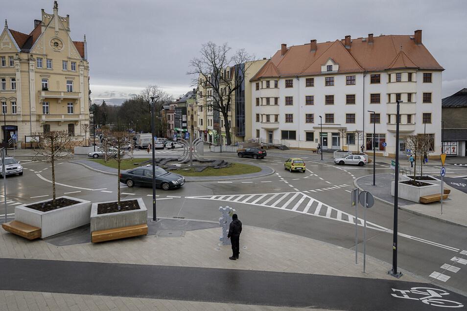 So sieht der neue Kreisverkehr mit der Jakob-Böhme-Skulptur im Zentrum von Zgorzelec aus. An den riesigen Pflanzkübeln befinden sich Sitzgelegenheiten. Eine neue Radspur führt rundum den Kreisel.