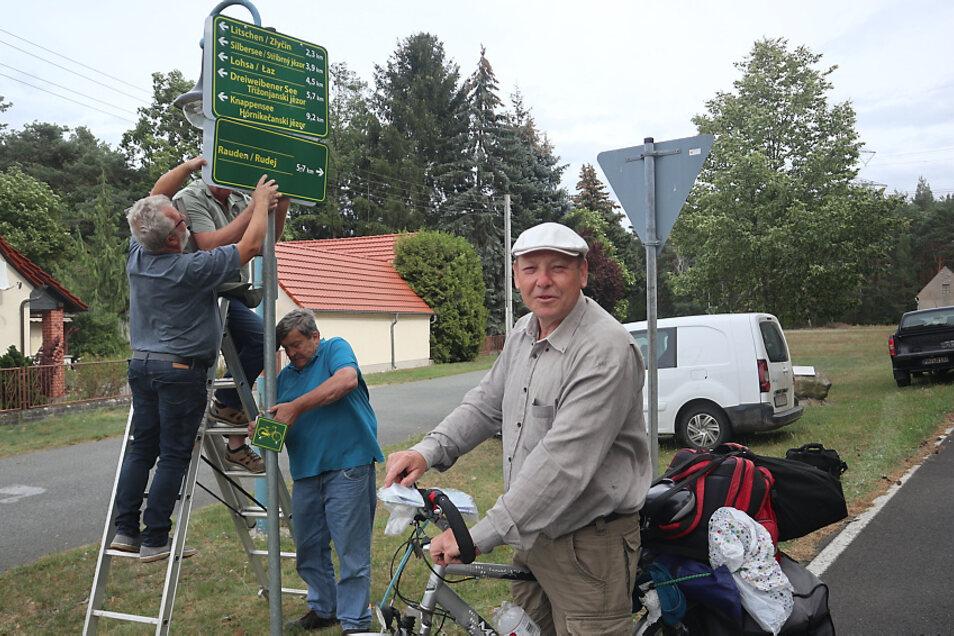 Driewitz hat jetzt ein eigenes deutsch-sorbisches Wegeleitsystem. Es soll vor allem Radwanderern die Orientierung auf ihren Routen künftig erleichtern. Mitglieder des Ortschaftsrates und des Heimatvereins Driewitz brachten am Donnerstag die Tafeln an vie