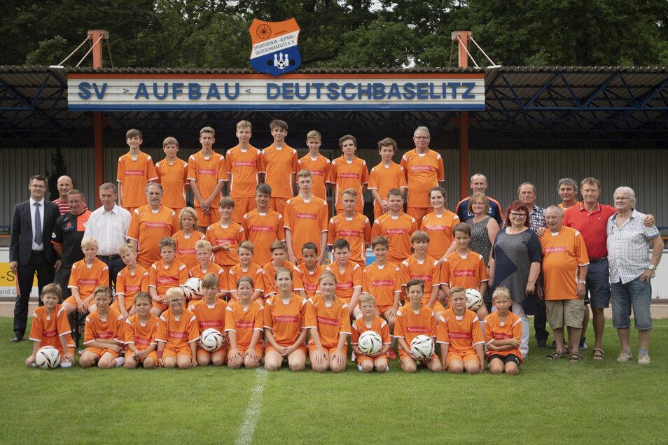 Die 38 Mädchen und Jungen, ihre Trainer und Betreuer sowie die Sponsoren und Offiziellen stellten sich wieder zum traditionellen Gruppenbild mit Peter Ducke (r.) auf.