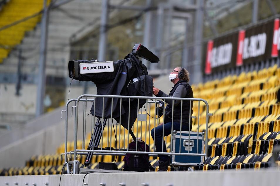 Eine TV-Kamera vor leeren Rängen im Harbig-Stadion. Die Quoten der Sender waren gut, schwankten aber sehr.