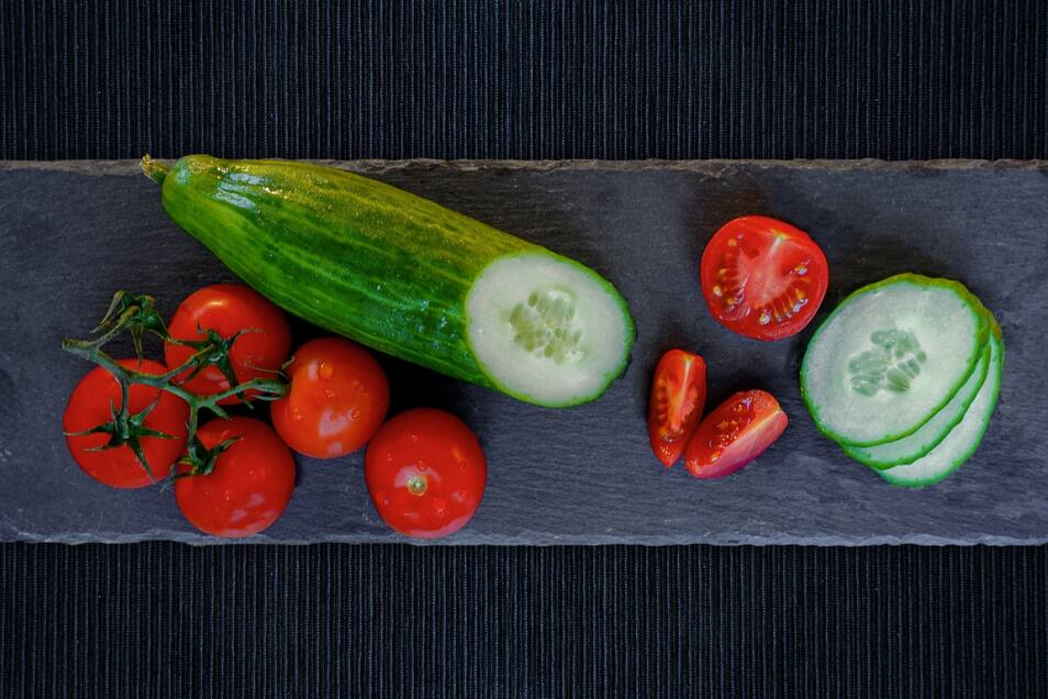 Gurke und Tomate: Im Salat passen sie perfekt zusammen, aber auch im Gewächshaus?