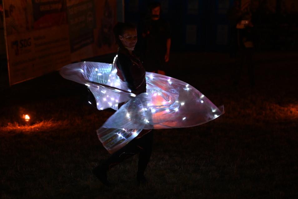 Dayana zeigte ihre Licht- & Feuershow an der Breite Straße.