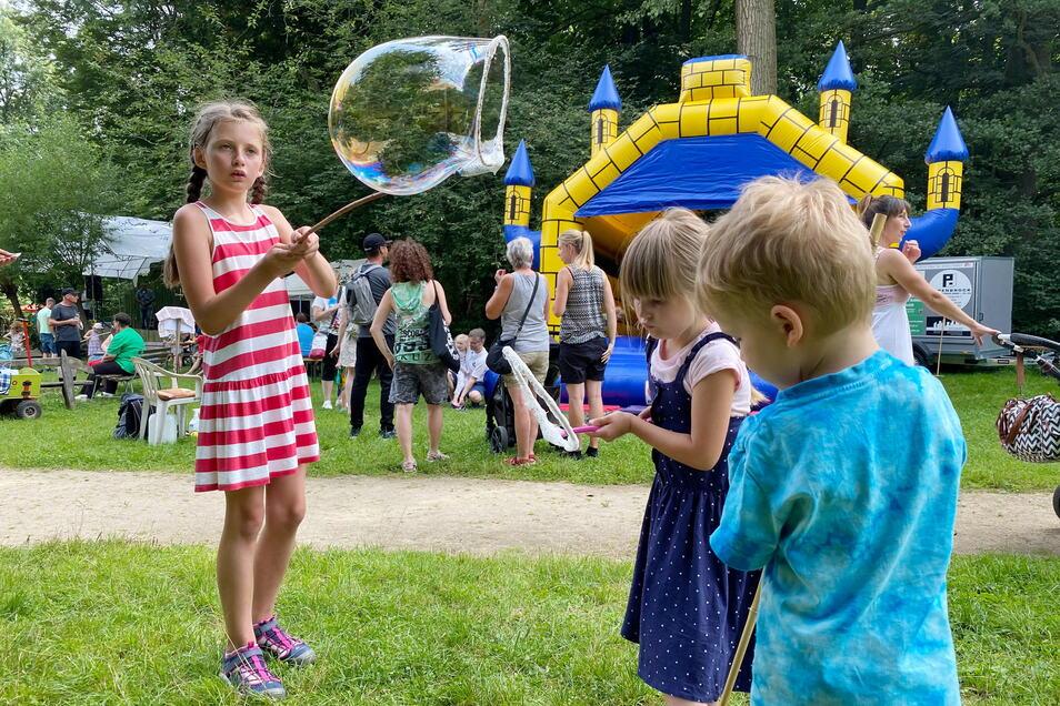 Sonntag fand in Zittau das Tierparkfest statt mit vielen bunten Angeboten. Immer wieder beliebt sind die großen Seifenblasen.