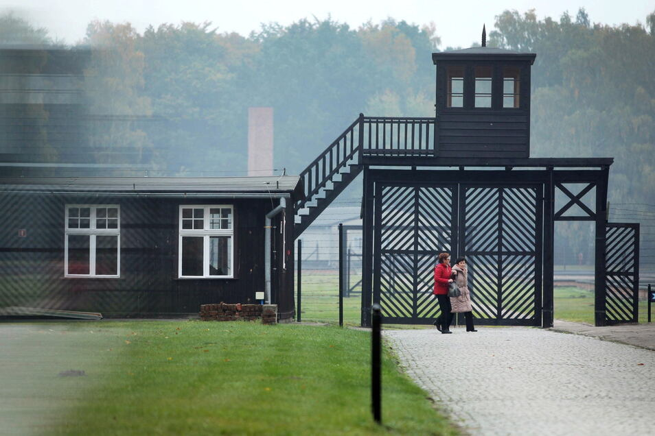 Besucher gehen am Eingang des Stutthof Museums in Sztutowo (Polen) vorbei, in dem an die Verbrechen im ehemaligen deutschen Konzentrationslager Stutthof erinnert wird.