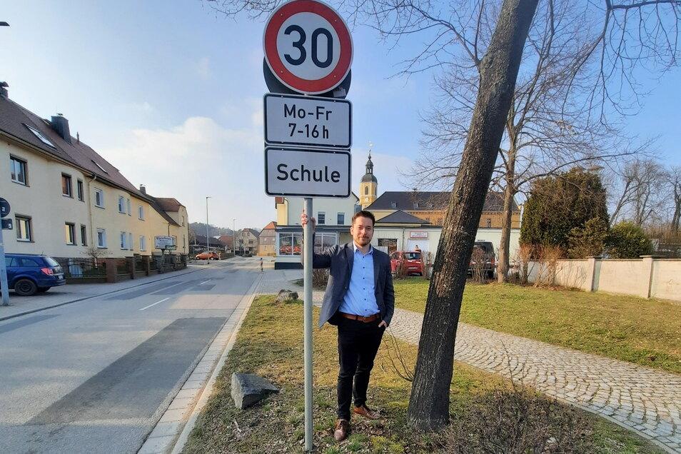 Der Oßlinger Bürgermeister Johannes Nitzsche freut sich, dass jetzt zwischen Einkaufsmarkt und Bushaltestelle Tempo 30 gilt.