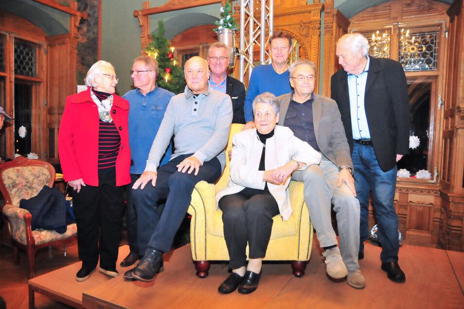 """""""Klassentreffen"""" beim Fußballabend mit der früheren Mannschaftsärztin von Dynamo Dresden, Dr. Gisela Passehr (sitzend) auf Schloss Schönfeld. Weggefährten der beliebten Medizinerin waren gekommen."""