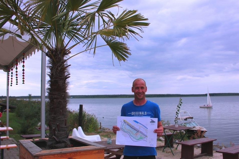 Carsten Nötzold mit dem Lageplan des künftigen Campingplatzes.