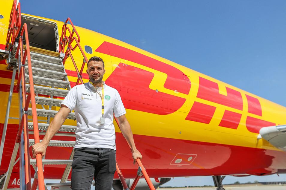 Auf dem Weg in die Frachtmaschine: Bastian Roscheck posiert auf der Leiter zum Transportflugzeug.