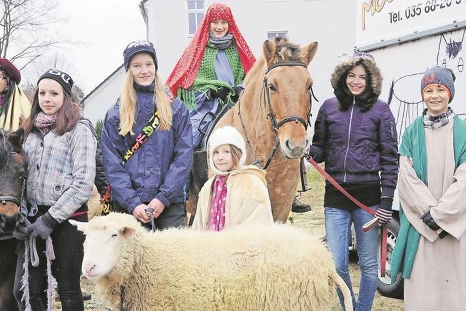Die junge Gemeinde aus Niesky hat sich eigens für das Krippenspiel auf dem Zinzendorfplatz in Schale geworfen und Tiere vom Moosmutzel-Hof in Kollm mitgebracht. Fotos (4): Rolf Ullmann