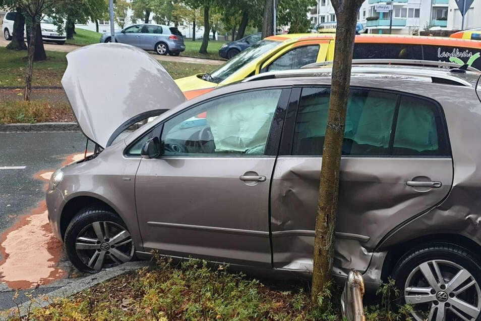 An der Trinitatiskirche krachten am Morgen ein Krankenwagen und ein VW Golf zusammen.