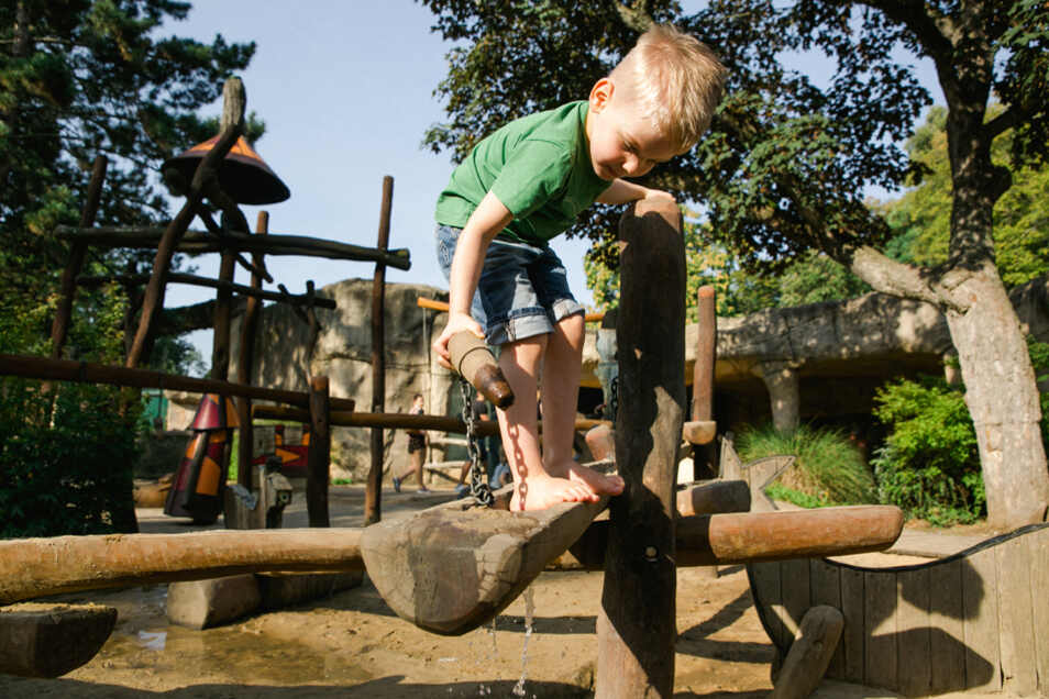 Der Wasserspielplatz ist einer von Kilians Lieblingsorten im Zoo Dresden.