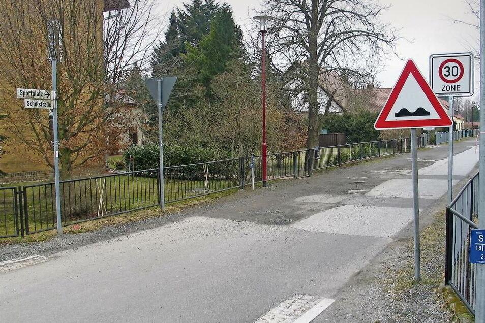 Die Schulstraße in Uhyst ist die reinste Huckelpiste. Schon 2017 hat die Gemeinde Boxberg einen Fördermittelantrag gestellt. Geld dafür gab es bisher nicht.