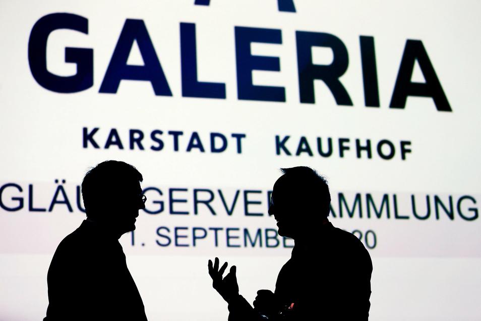 Arndt Geiwitz (l) , Gerallbevollmächtigter von Galeria Karstadt Kaufhof und Sachwalter Frank Kebekus zu Beginn der Gläubigerversammlung im Gespräch.