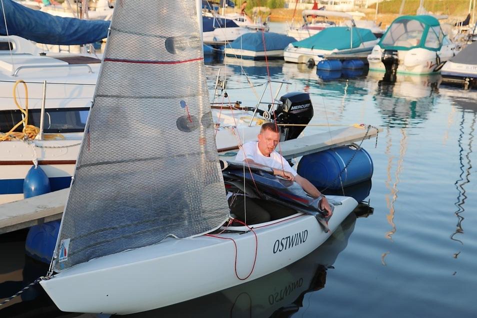 Maik Aberle macht sein 2.4mR-Boot startklar – eigenständig.