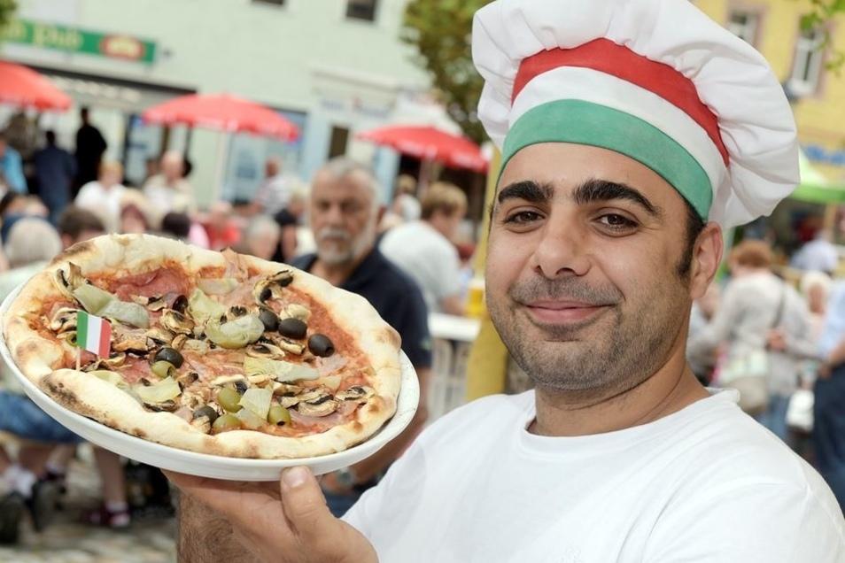 Zum ersten Mal auf dem Markt dabei: Pizzabäcker Antonio Pascarella vom La Dolce Vita. Er erweiterte mit seiner Pizza das Speiseangebot.