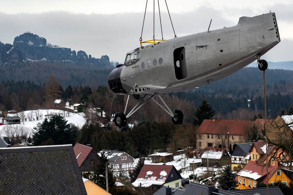 Anfang Februar landet die Antonov sozusagen im Vorgarten von Erik Herbert. Ein großer Kran muss das Flugzeug über zwei Häuser an den neuen Strandort hieven.