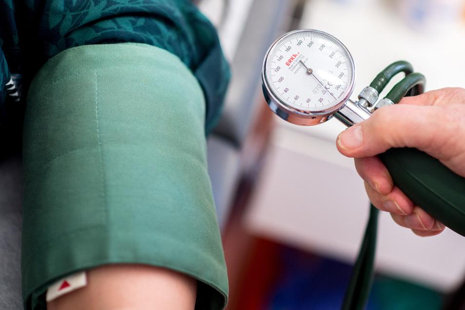 Patienten hinter Stacheldraht behandeln, darauf lassen sich in Sachsen nur wenige Ärzte ein.