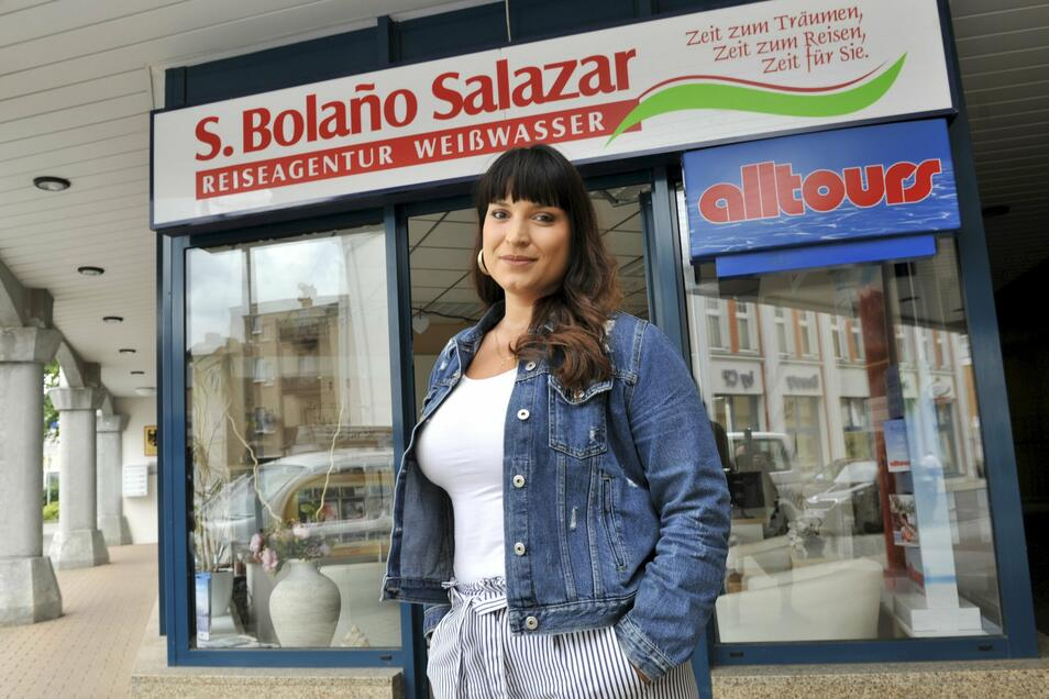Sandra Bolaño Salazar vor ihrem Reisebüro in Weißwasser, dessen Zukunft auf der Kippe steht.