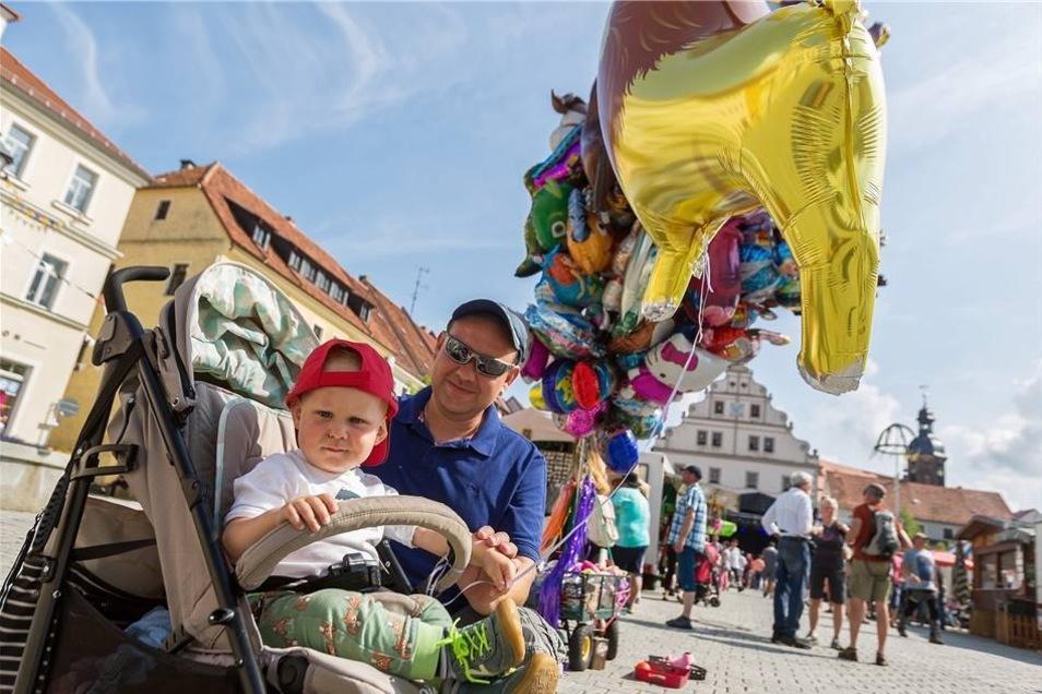Steve Zimmermann und sein Sohn Niklas stehen hier bei den Heliumballons, die zum Stadtfest verkauft wurden. Neben dem Bühnenprogramm haben auch eine Reihe von Marktständen die Besucher unterhalten und mit Souvenirs versorgt, die teilweise auch auf das Stadtjubiläum Bezug nahmen.