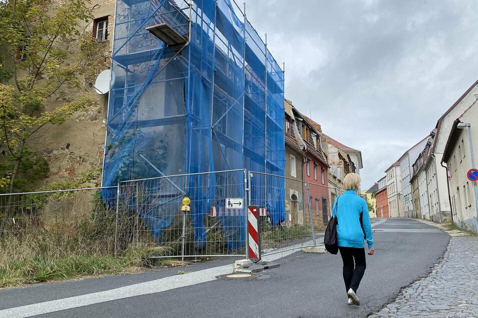 Mit Gerüst, Fangnetz und Bauzäunen gesichert: das Haus an der Äußeren Zittauer Straße 16 in Löbau.