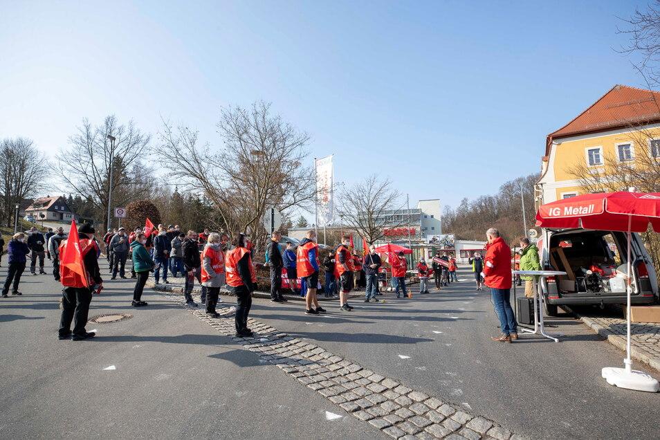Ausstand mit Abstand: Rund 100 Mitarbeiter beteiligten sich an dem Warnstreik in Sebnitz. Kommende Woche ist die nächste Aktion geplant.