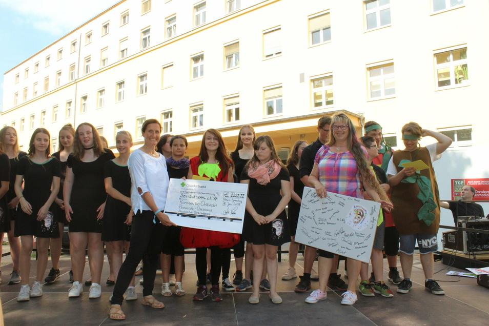 """Den Verein Sonnenstrahl unterstützt """"Kommando Ohrwurm"""" mit Leiterin Andrea Loschke (vorn rechts) schon länger. Hier bei einer Spendenübergabe im Sommer 2018."""