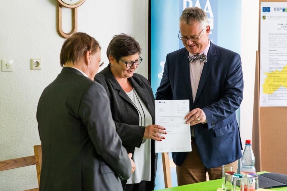 Bürgermeister Thomas Delling, Ilka Kerber vom vbff und Thomas Rechentin von der Landesregierung mit wichtigem Papier.