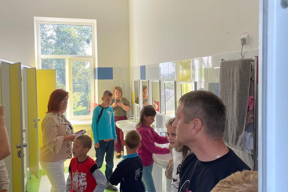 Zur Freude der Kinder wie der Erwachsenen: Pünktlich zum Schulbeginn am 1. September sind im Kinderheim im ukrainischen Krakovets, die mithilfe des Coswiger Osteuropa-Vereins neu geschaffenen Sanitäranlagen übergeben worden.