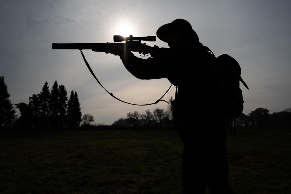 Die Polizei ermittelt gegen einen Jäger, der einen Ernetarbeiter angeschossen hat.
