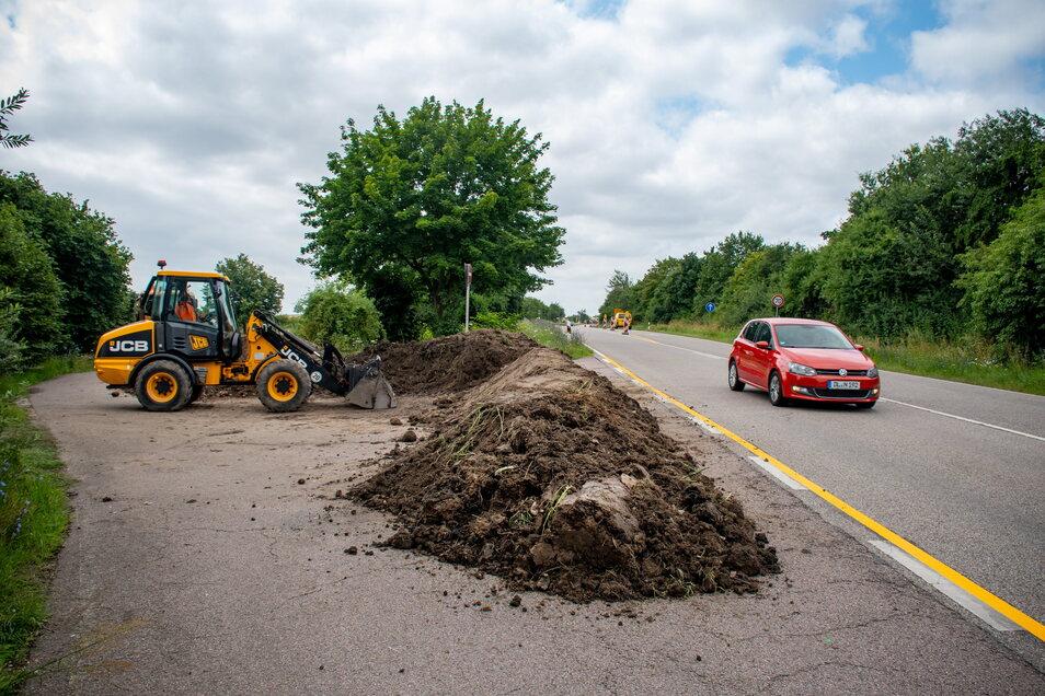 Der Parkplatz B175 am Töpelberg wird geschlossen. Mit einem Radlader am Montag im Auftrag des Landesamtes für Straßenbau und Verkehr den Rastplatz provisorisch gesperrt.