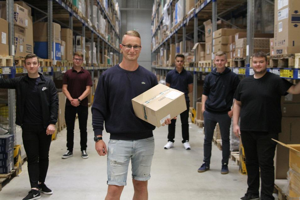 Nico Melzer (vorn) hat in der Firma Pietsch eine Ausbildung zur Fachkraft für Lagerlogostik begonnen. Seine fünf Mitstreiter lassen sich zum Kaufmann im Groß- und Außenhandelsmanagement ausbilden.
