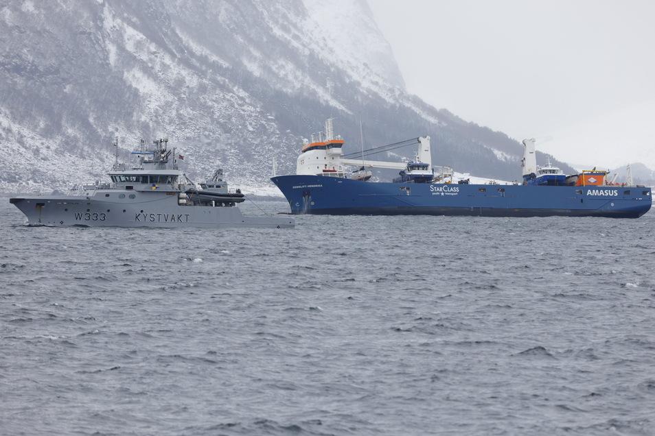 Die Eemslift Hendrika wird vor Ålesund an Land geschleppt. Der Frachter befindet sich in der Obhut zweier Schlepper auf dem Weg in Richtung Land.