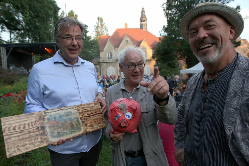 Gelungene Premiere: Heiner Kramm vom Heimatverein Thürmsdorf, Kabarettist Tom Pauls und Moderator Torsten Schmidt (v.l.).