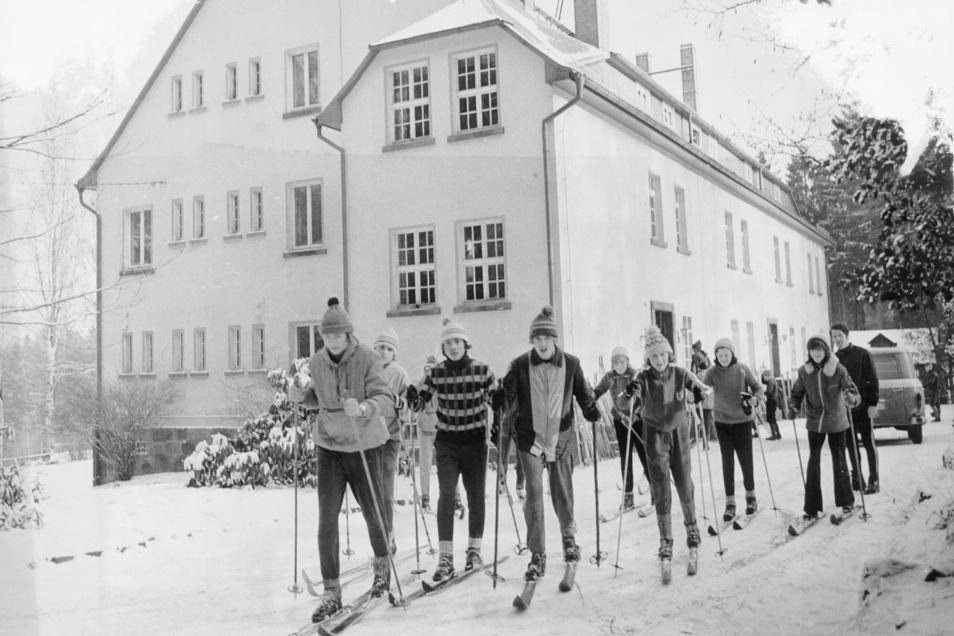 Schüler der Kinder- und Jugendsportschule Dresden in der Jugendherberge Valtenberghaus Neukirch im Januar 1976.