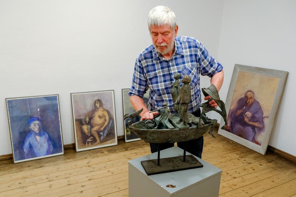 Klaus Drechsler beim Aufbau seiner Ausstellung im Moritzburger Käthe-Kollwitz-Haus. Seit im Vorjahr ein neues Domizil für die Grafikwerkstatt und die Museumspädagogik geschaffen wurde, können nun auch im Raum stehende Plastiken gezeigt werden.