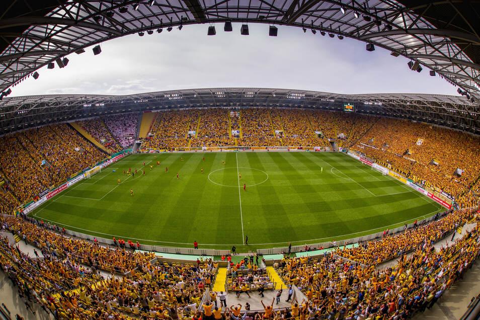 Alle in Gelb - das war das Motto der Fans bei Dynamos Heimspiel im DFB-Pokal gegen RB Leipzig im August 2016 - und die Dresdner drehten ein 0:2 zum 2:2, gewannen im Elfmeterschießen. Ein emotionaler Höhepunkt in zehn Jahren neues Stadion.