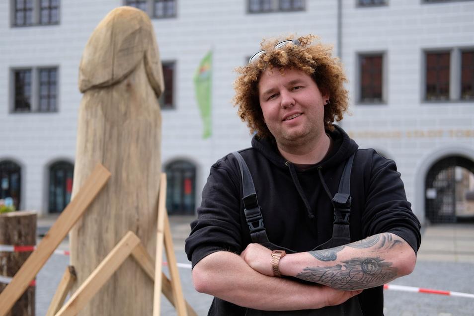 Zimmermann Marcus Scholz vor seiner Holzskulptur