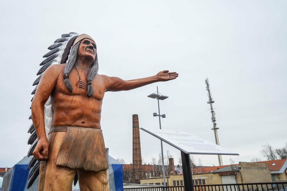 An der Goijko Mitic-Holzfigur am Bahnhof Bischofswerda beginnt der neue Indianerpfad.