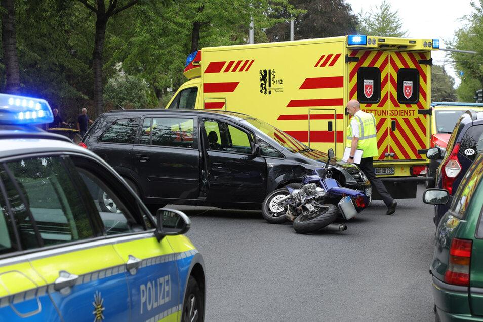 Auf der Tiergartenstraße ist ein Motorrad in ein Auto gefahren.