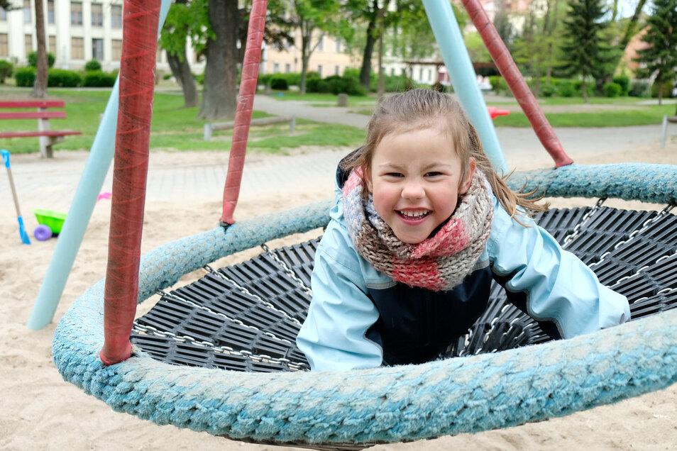 Meißen: Die kleine Juna freut sich sehr, endlich wieder auf dem Spielplatz schaukeln, rutschen und klettern zu dürfen.