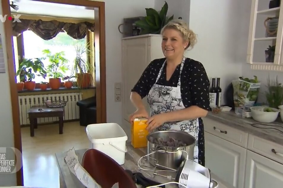 Sarah kocht in ihrer heimischen Küche für die TV-Show.