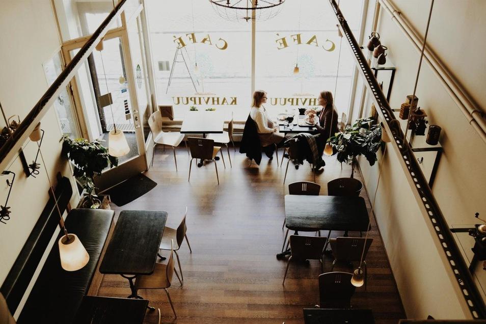 Ist ein Besuch im Café Luxus oder wertvoll für das Wohlbefinden? Diese Frage lässt sich nur individuell beantworten. Bei vielen Menschen versteckt sich bei Cafébesuchen oder Restaurantbesuchen und der Freizeit großes Einsparpotenzial.