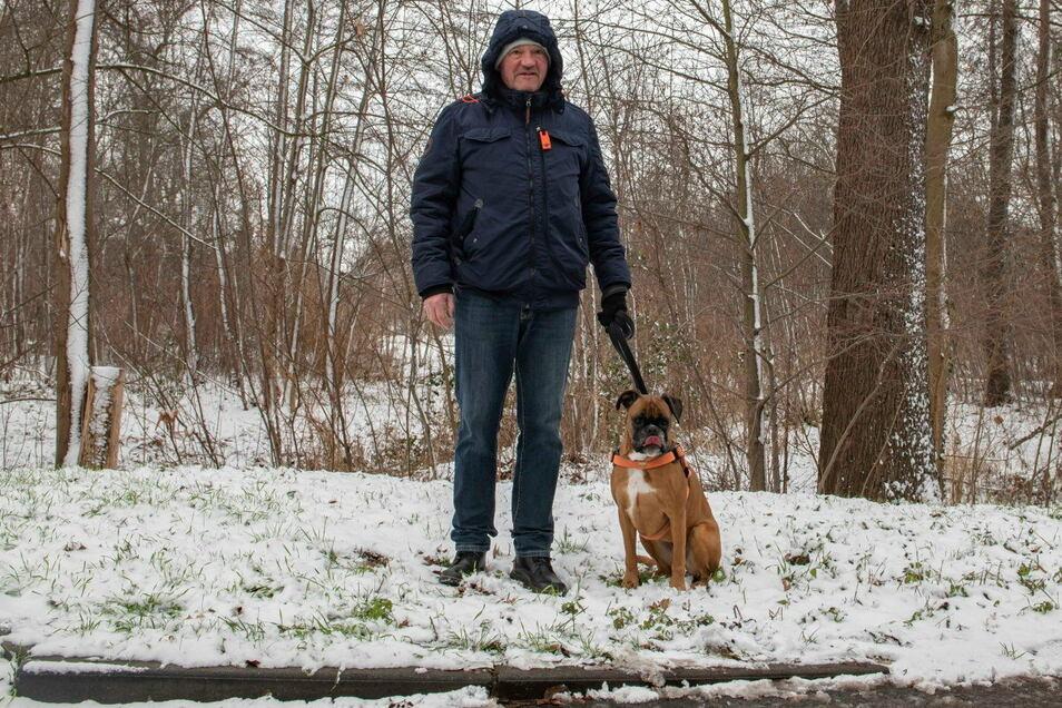 Hans-Peter Hohmuth mit Hund Emma im Stadtpark.