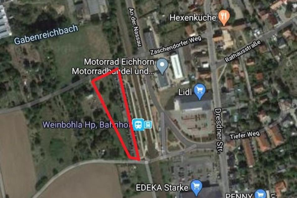Auf der rot umrandeten Fläche, direkt an den jetzigen Parkplätzen am Haltepunkt Bahnhof, soll der Parkplatz entstehen und das Angebot für Touristen deutlich verbessern.